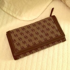 Dooney & Bourke black leather signature wallet